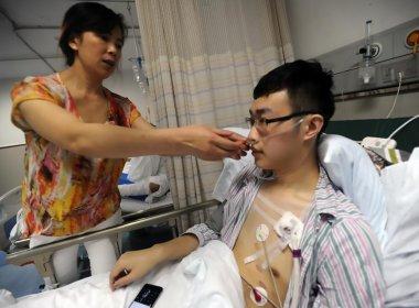 Após celebrar gol euforicamente, torcedor chinês sofre lesão no pulmão