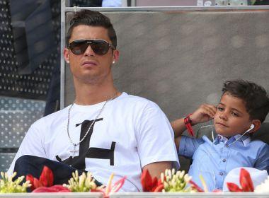 Filho de Cristiano Ronaldo rouba cena, dá show com dribles e vídeo viraliza; assista