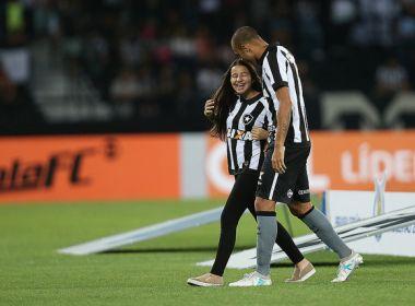 Deficiente visual, filha de Roger é homenageada pela torcida do Botafogo; assista