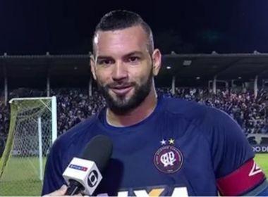 Jogadores e técnico do Atlético-PR comemoram vitória sobre o Vasco