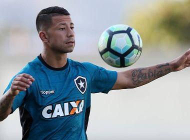 Leo Valencia recebe o terceiro cartão amarelo e está fora do jogo contra o Bahia