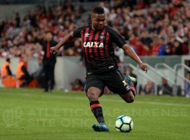 Expulso no último jogo, Nikão desfalca o Atlético-PR contra o Vitória