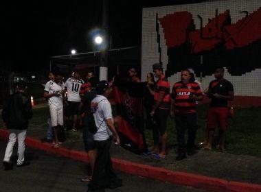 Grupo de torcedores do Vitória realiza protesto em frente ao Barradão