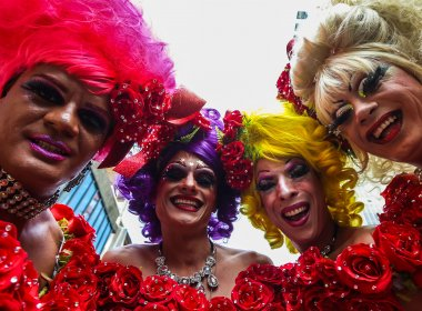 Parada gay em SP tem cartaz e gritos de 'Fora Temer'