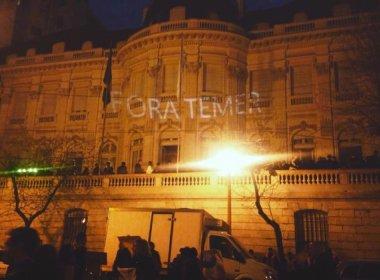 Manifestantes projetam 'Fora Temer' em embaixada na capital argentina