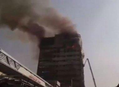 Edifício histórico do Irã pega fogo, desaba e pelo menos 30 bombeiros morrem