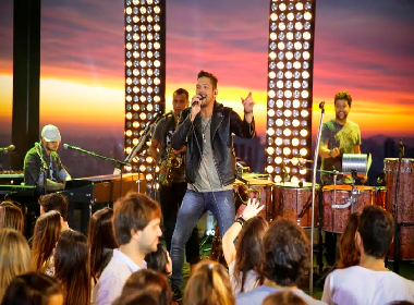 Banda Eva lança novo clipe com 'pegada' romântica; Assista