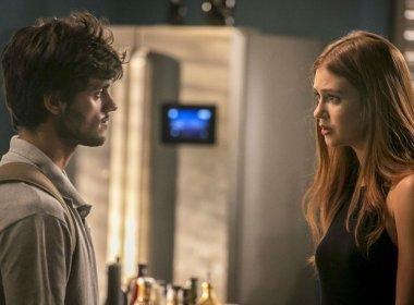 Eliza recebe convite para morar na Europa e Jonatas decide terminar namoro