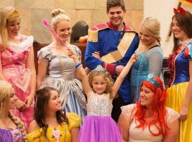 Juíza e testemunhas se vestem de princesa em audiência sobre adoção