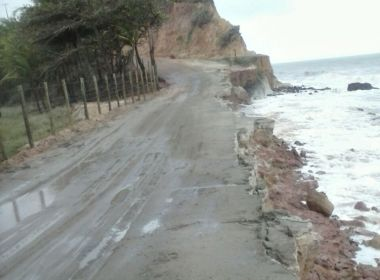 Prado: Avanço do mar ameaça estrada que dá acesso às praias