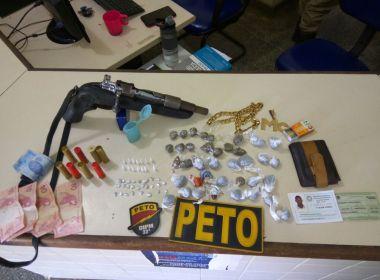 Três homens tentam fugir, mas são presos pela polícia por tráfico de drogas em Valença