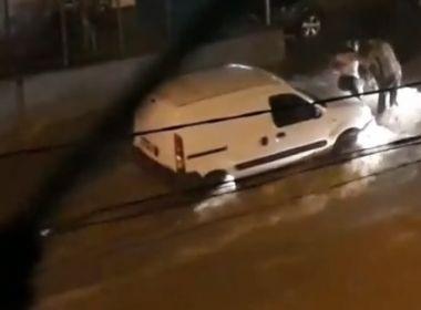 Conquista: Com relâmpagos e trovões, chuva alaga ruas e arrasta carros, motos e barracas