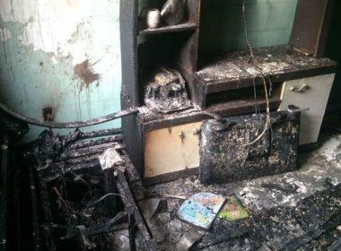 Carro pega fogo e destrói casa em Eunápolis; moradores escapam sem ferimentos