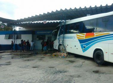 Ônibus invade plataforma de embarque da rodoviária de Itabela; acidente não deixa feridos