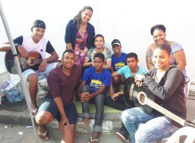 Feira de Santana: Grupo de evangélicos canta e vende lanches na fila de recadastramento