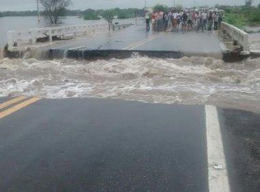Riachão do Jacuípe: Chuva rompe ponte, transborda rios e alaga bairros