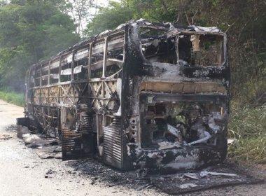 População incendeia ônibus da linha Itapetinga x Salvador na BA-262