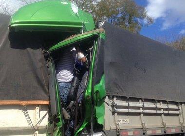 Barreiras: Motorista fica preso nas ferragens após acidente na BR-242