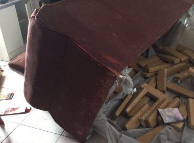 Feira de Santana: Polícia apreende 32 quilos de maconha no sofá de ladrão de carro