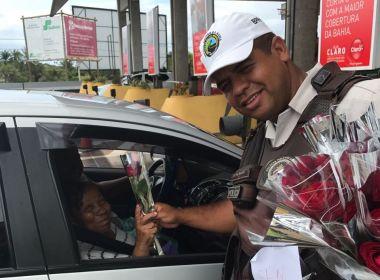 Polícia Rodoviária faz 'pedágio' com flores no Dia Internacional da Mulher