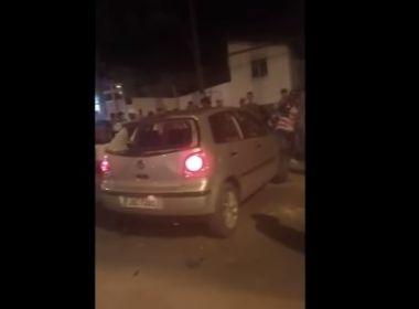 Teixeira: Populares ateiam fogo em carro após acidente no centro da cidade