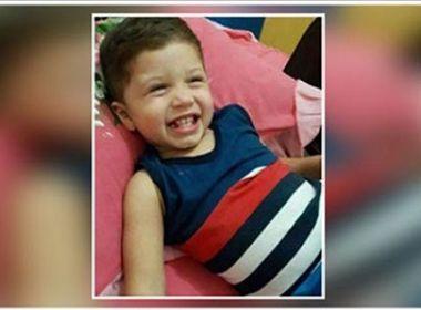 Menino de dois anos morre atropelado pelo pai que dava marcha ré no passeio de casa