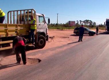 Voluntários fazem 'tapa-buraco' em trecho de 75 km entre Teixeira e Itamaraju