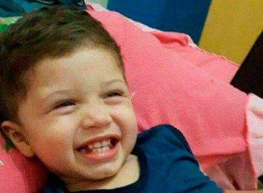Pai dá marcha ré e mata filho de dois anos; homem está em estado de choque, diz Polícia