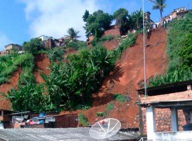 Deslizamento de terra na Baixa do Fiscal atinge casas e número de vítimas é incerto