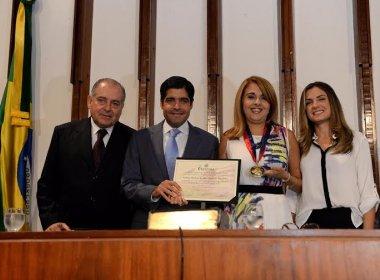 Mãe de ACM Neto, Rosário Magalhães recebe comenda por trabalho social