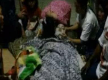 Cantora morre no palco após picada de cobra durante show; veja vídeo