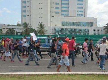 Trabalhadores realizam protesto na Avenida Paralela e trânsito está congestionado