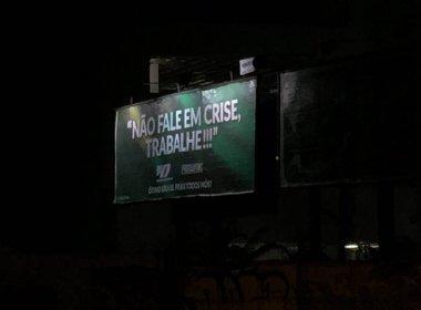 Outdoor em Salvador pede que população 'não fale em crise, trabalhe'