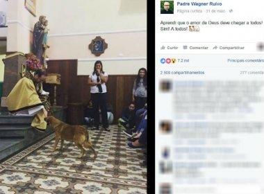 Cachorro invade missa no interior de São Paulo e é 'abençoado' por padre