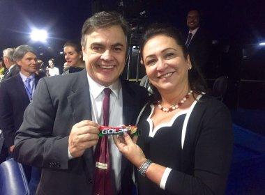 Líder do PSDB no Senado distribui chocolates 'Golpe' em sessão da comissão do impeachment