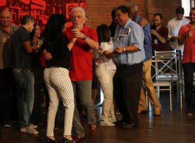 Wagner e Rui se empolgam e dançam ao som de jingle de Alice