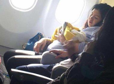 Mulher da à luz durante voo e bebê ganha viagens aéreas grátis para o resto da vida