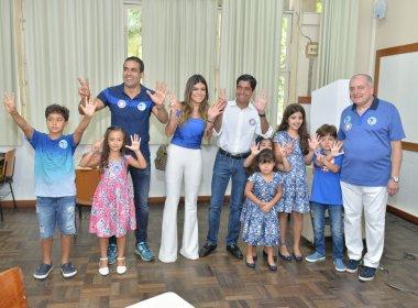 Acompanhado de candidato a vice e da família, ACM Neto vota e evita 'cantar vitória'