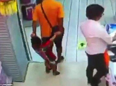 Durante brincadeira, pai cai em cima de filho e criança morre; vídeo mostra acidente