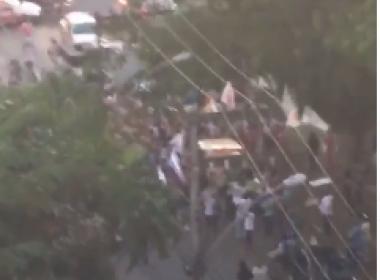 Manifestantes fazem protesto em frente à casa de Geddel