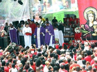 Devotos participam de missa campal pelo dia de Santa Bárbara no Largo do Pelourinho