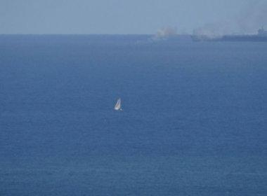 Embarcação pega fogo em mar do Rio Vermelho