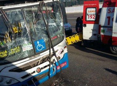 Cinco ficam feridos em batida de dois ônibus na Paralela