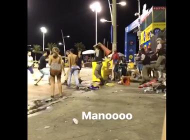 Vídeo mostra policial agredindo folião com cone na Barra; PM vai investigar caso