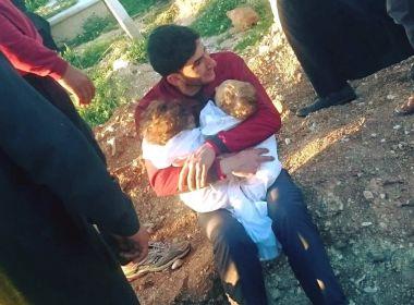 Foto de pai abraçado a filhos mortos após ataque na Síria comove internautas