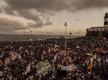 Com artistas, políticos e entidades, manifestação enche Farol da Barra