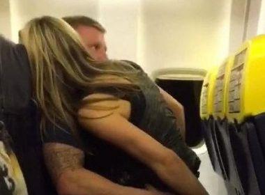 Inglês com noiva grávida é flagrado transando dentro de avião em voo para Ibiza