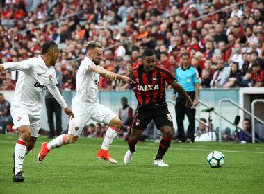 Vitória sai na frente, mas permite virada do Atlético-PR e permanece na zona