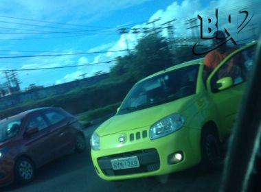 Mulher flagra motorista saindo de carro para urinar na Paralela