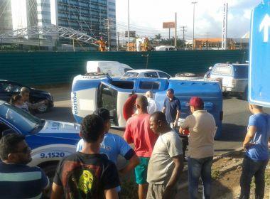 Assaltante rouba carro, bate em viatura da Polícia Civil e é preso na Avenida Paralela